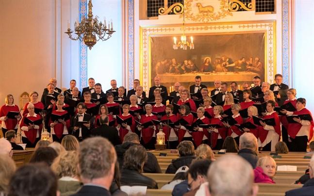 Församlingens kyrkoherde Daniel Norrback var en av solisterna på adventskonserten, som arrangerades av Lappfjärds damkör och Lappfjärds manskör i Lappfjärds kyrka på lördagskvällen.