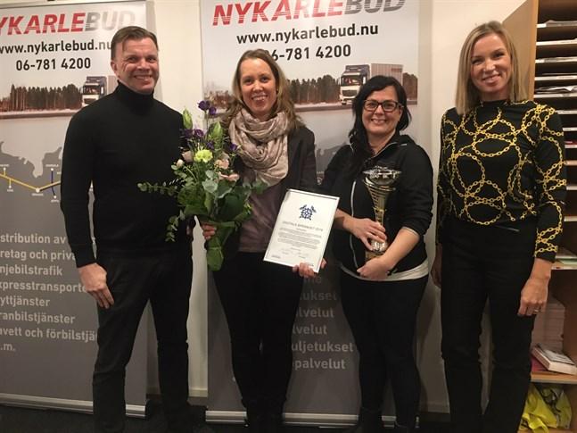 """Utmärkelsen """"Årets digitala språng"""" som Ilkka Palola och Paula Erikkilä delade ut går till Nykarlebud, där Pia-Maria Isaksson och Linda Frostdahl lett digitaliseringsprojektet."""