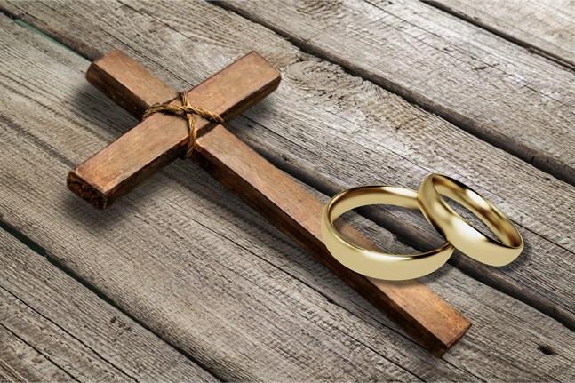 Många traditionellt troende präster  funderar nu på huruvida de kan fortsätta i en sådan kyrka som vill börja förrätta samkönade vigslar och välsignelser, skriver Marko Sjöblom.