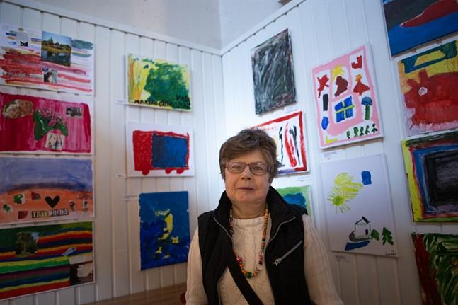 Marina Othman är en av konstnärerna som ställer ut på FDUVs konstutställning i Saluhallen. Hennes målning föreställer en dröm hon hade om en brinnande äng och är den andra tavlan uppe till vänster.