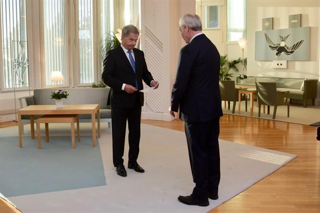 Statsminister Antti Rinne (SDP) lämnar in sin avskedsansökan till republikens president Sauli Niinistö.