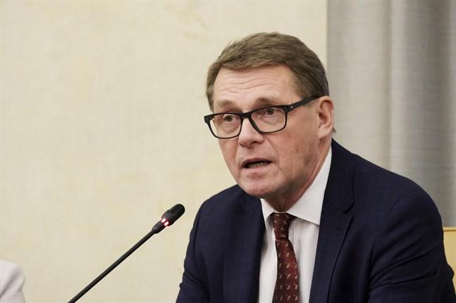 Riksdagens talman Matti Vanhanen (C) kommenterade på en presskonferens på tisdagen att en expeditionsregering inte kan fatta nya politiska beslut, men han hoppas att riksdagen ger ministrarna sitt stöd så att de kan ro i land EU-ordförandeskapet.
