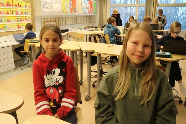 Det är pirrigt med roligt, säger Matilda Hellund och Emilia Asplund om att få delta i barnens självständighetsfest.
