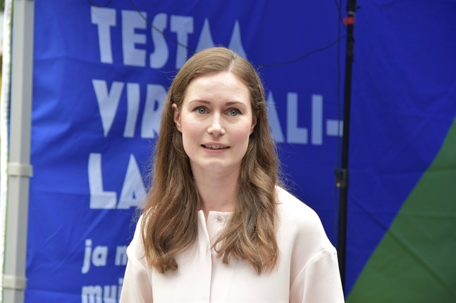 Kommunikationsminister Sanna Marin (SDP) tar morgonflyget hem till Finland på grund av regeringskrisen.