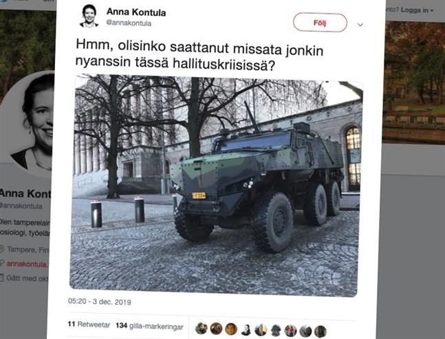 Skärmdump av en tweet av riksdagsledamoten Anna Kontula som förundrar sig över ett pansarfordon utanför riksdagen.