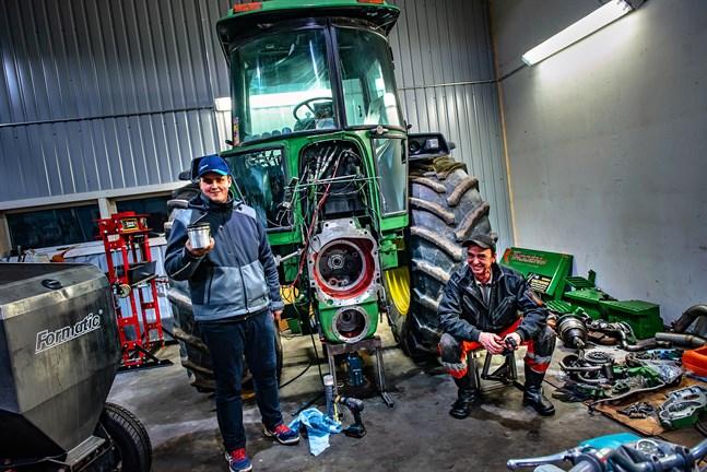 Martin och Greger Spik tog år 2019 FM guld i Farmsport 6000 klassen med sin John Deere 4255.