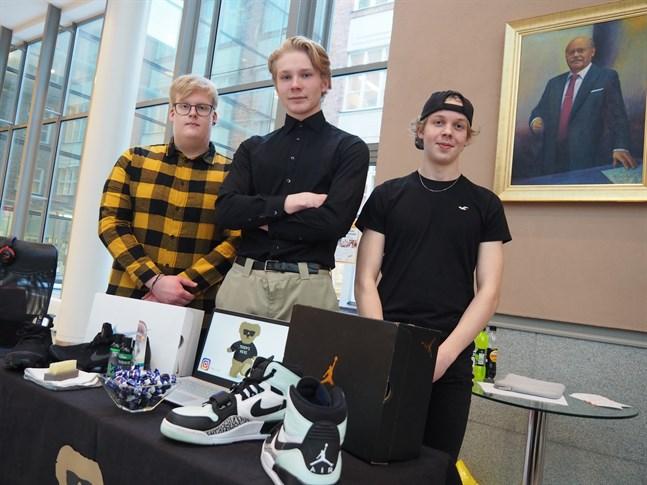 Samuel Karlsson, Wille Käcko och Viktor Andersson som går i Jakobstads gymnasium är UF-företagarna bakom Teddy's Kicks. En ny skoservice i staden som putsar sneakers.