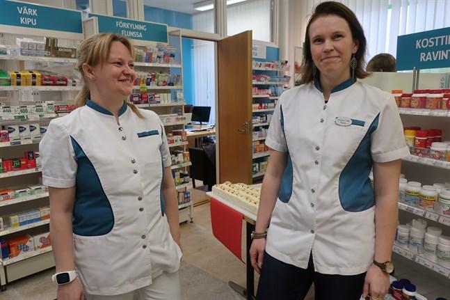 Anu Nissilä (t.v.) ger över apoteket i Kronoby till nya apotekaren Paula Henriksén den 10 december.