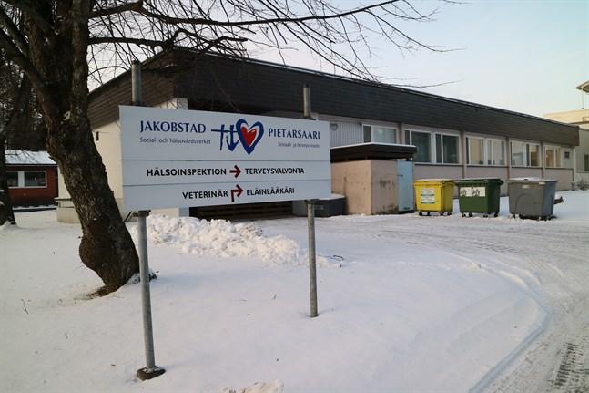 Social- och hälsovårdsverkets miljöhälsovård är belägen på Ekovägen i Jakobstad. De får inte vara med i Österbottens välfärdskommun, därför måste andra lösningar hittas för deras del.