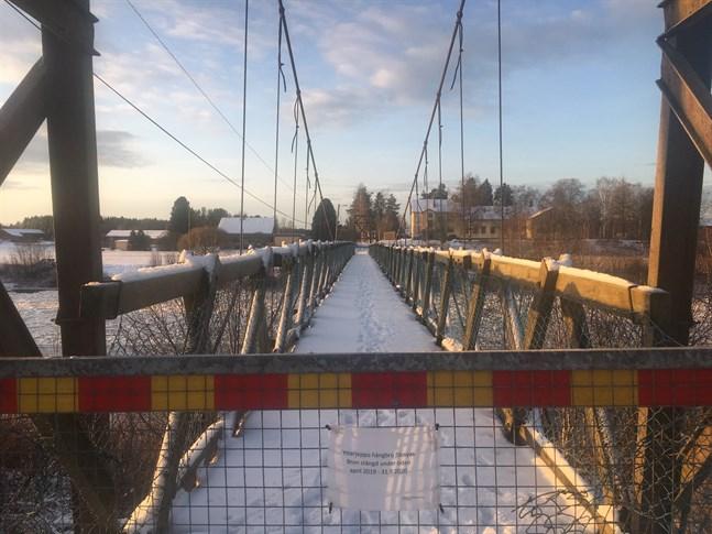 Hängbron i Ytterjeppo är stängd sedan april. Ändå syns det spår av både djur och människor på bron som nu är i fritt fall.