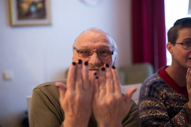 Nisse Lindholm fick sina naglar lackade i mörkblått och håret i en fläta. Han trivdes med att bli ompysslad av blivande estenomer.
