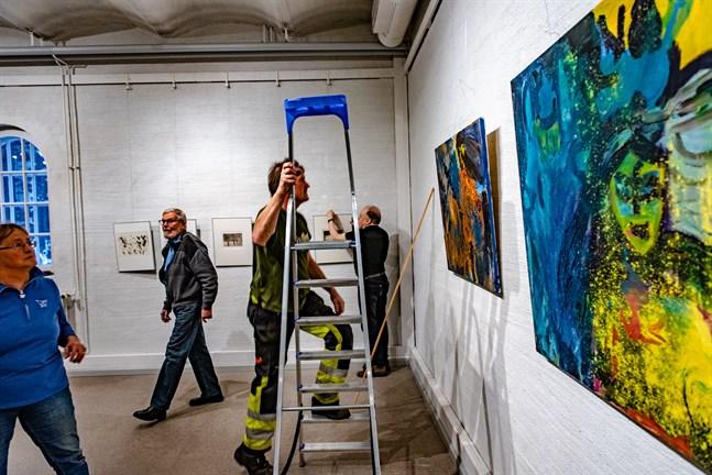 Anne Bonner, Sven Svanbäck, Sixten Ahlsved och Arto Penttinen hjälps åt att hänga Jakartes årsutställning. Verken som visas har valts ut av två Novia-lektorer.