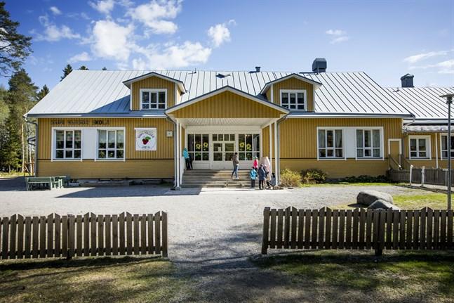 Busshållplatsen vid Kuni-Vassor skola är först på tur att få busskur.
