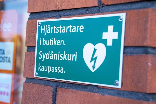 En skylt visar var hjärtstartare finns. På karttjänsten defi.fi kan du hitta över 3000 hjärtstartare i Finland och se var de finns.
