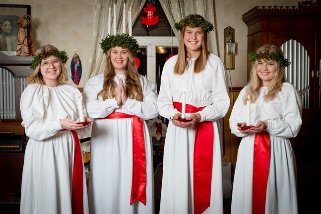 Luciaföljet i Jakobstadsregionen bestod år 2019 av Maya Parkkinen, Corinne Björkman, Victoria Myntti och Amalie Sundberg.