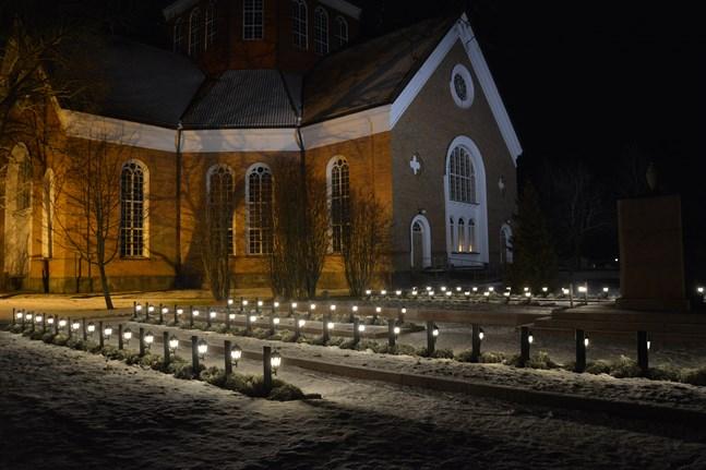 På självständighetsdagen blir det uppvaktning vid de stupades gravar. Monumentet i Lappfjärd renoverades i somras.