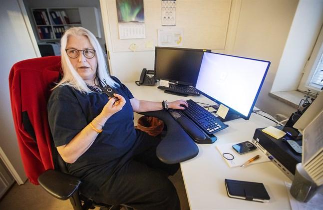 Carina Vuorisalo jobbar i växeln på centralsjukhuset.