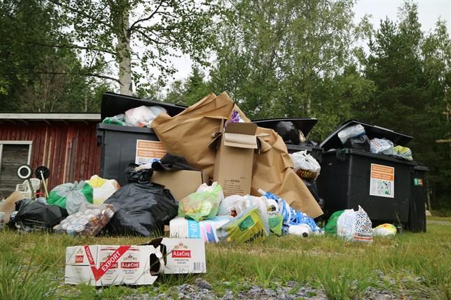 Fritidsbostädernas sopkärl svämmade över på en del ställen i somras – också med avfall som borde ha förts till återvinningsstationerna. Det här ledde till fler tömningar och nu högre avgifter.