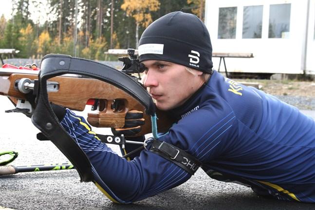 Patrik Kuuttinen får redan nu dra på sig den finländska landslagsdressen då han ska tävla i juniorernas världscup i Pokljuka i Slovenien.
