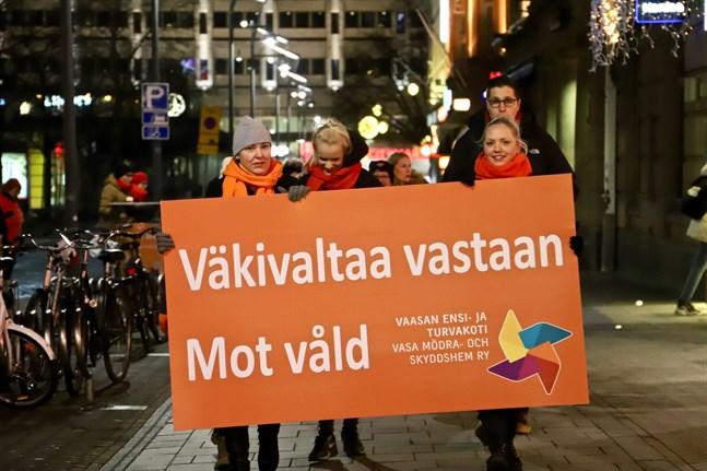 Våld mot kvinnor uppmärksammas den 25 november varje år, på initiativ av FN . Så här såg det ut i Vasa detta datum i fjol.