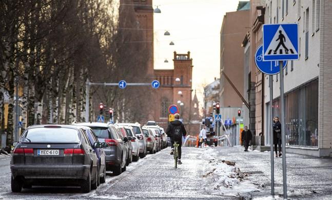 Om det snöat fyra centimeter eller mer ska cykelvägarna skottas. Staden ansvarar för att hålla vägarna rena från bland annat skräp, löv och snö.