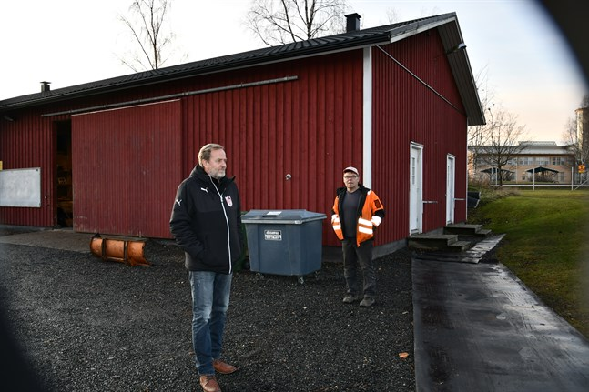 Sportingordförande Jari Rantala och planvaktmästare Jarmo Virtanen ser hellre att satsningarna på omklädningsrum styrs till Kristinaplan och/eller Lappfjärdsplanen som används mest.