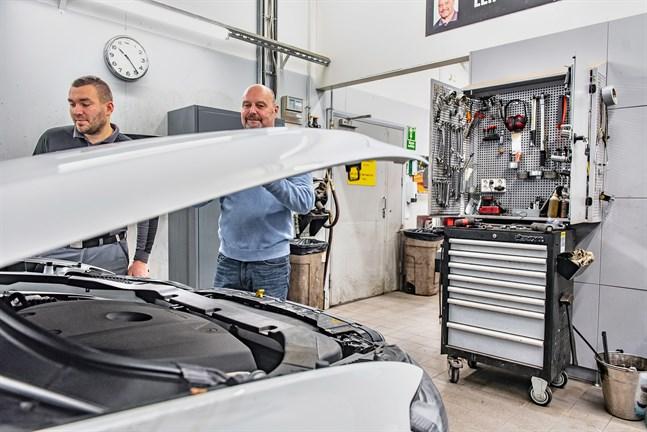 Jobbet som bilmekaniker har för Leif Junell varit mycket av teamarbete. Men nu lämnar han sin plats längst in i Automaas verkstad, medan Janic Levander blir kvar.