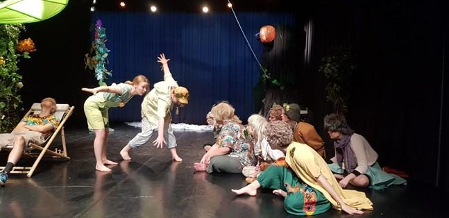 Scenkonststuderande vid Novia spelar barnteater.