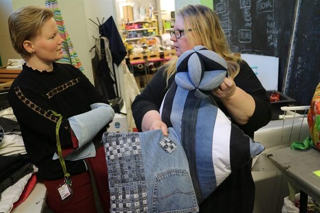 Det går att göra mycket av gamla jeans konstaterar Sonja Jungar-Irjala och Tiina Kultalahti-Byskata på Retro. Speciellt av den traditionella sortens denimtyg, utan elastan.