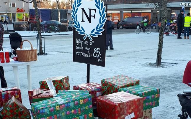 Insamlingen startade på årets julöppning i Nykarleby, där varje penninggåva motsvarades av ett paket som lades på en växande hög.