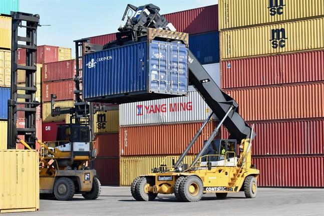 Nästa veckas strejk hotar att lamslå exportindustrin och kommer att förorsaka ekonomiska förluster på hundratals miljoner euro, uppger arbetsgivarorganisationerna Finlands Näringsliv EK och Teknologiindustrin.
