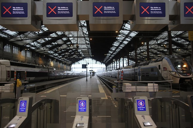 Tomma tågplattformar på stationen Gare de Lyon i Paris under fredagsmorgonen.