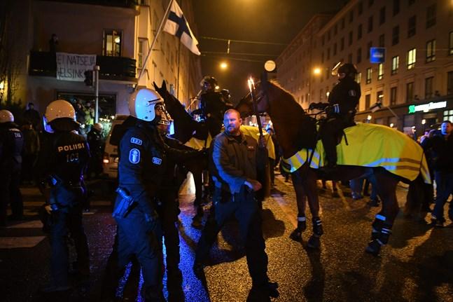 Poliser och demonstranter i 612-demonstrationen.
