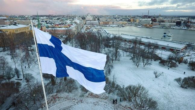 Flaggan vajar med utsikt över Helsingfors.