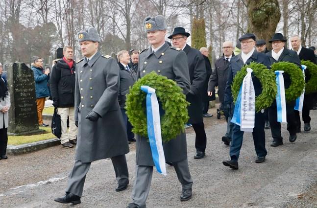 Försvarsmakten, veteranerna, krigsinvaliderna, staden och församlingen lägger ner kransar på Finlands självständighetsdag.