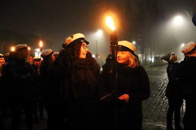 Roosa Kesonen och Helmi Niskanen.