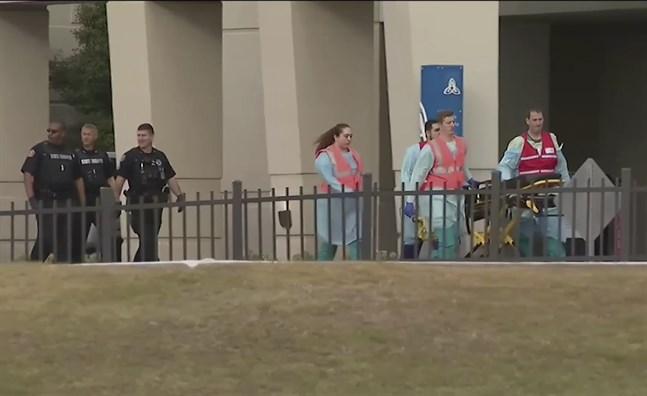 Insatspersonal vid marinbasen Pensacola i Florida där en skytt dödade minst en person på fredagen.