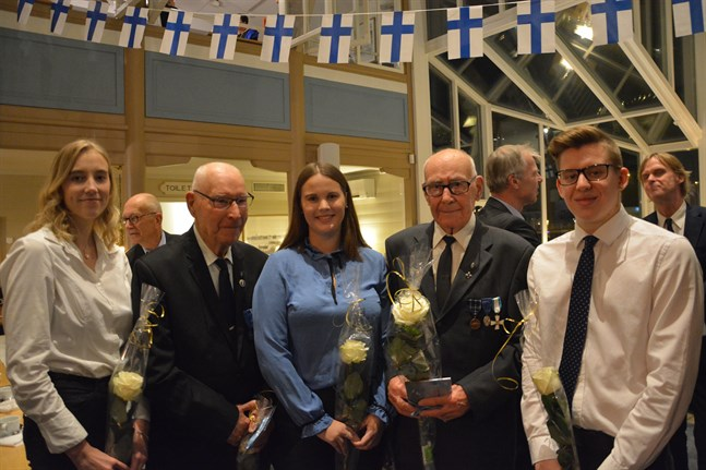 Veteraner och unga möttes i Kristinestad. Jennifer Henriksson till vänster, Heikki Vesterlund, Emilia Söderlund, Albert Nordström och Richard Lövholm.