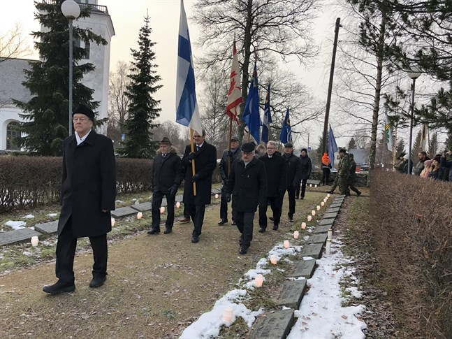 Carl Kurtén, representant för Karleby Krigsveteraner, ledde marschen från Sockenkyrkan till hjältegravarna.