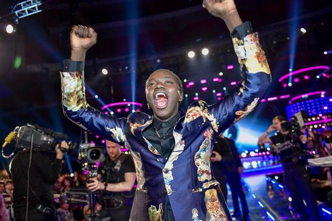 """Tusse Chiza släpper ut ett segervrål efter vinsten i """"Idol""""."""