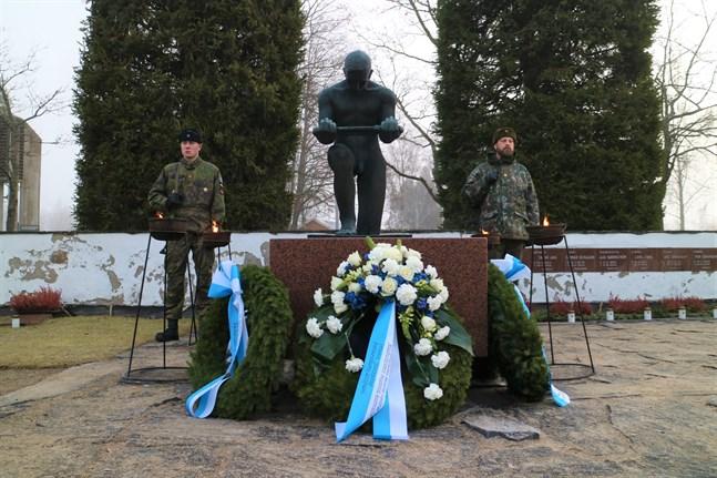 Hjältegravarna vid Nya begravningsplatsen i Jakobstad hedrades med kransar.