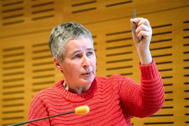Ylva Gustafsson, forskare inom filosofi vid Åbo Akademi, talade om jaktens idéhistoria på Filosoficafét i Karleby,