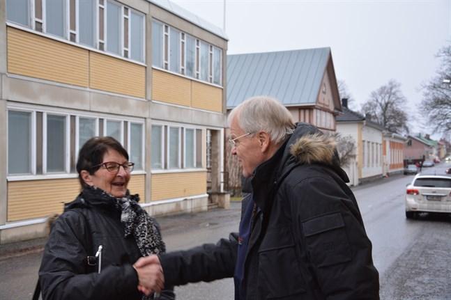 Spontana möten är trevliga överraskningar. Helena Öström var en av de bekanta som Hannu Salonoja träffade i Kristinestad.