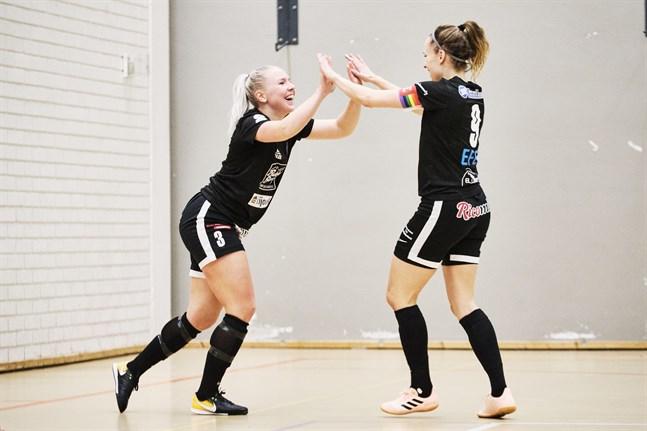 Sandra Lind och Maarit Vitikka firar FC Sports femte mål en bit in i andra halvlek.