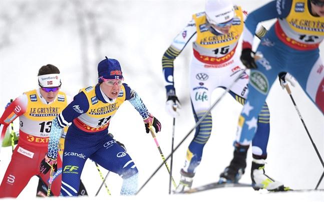 Kerttu Niskanen stod för en stark insats på sin etapp och såg till att Finland låg i ledning efter halva stafetten.