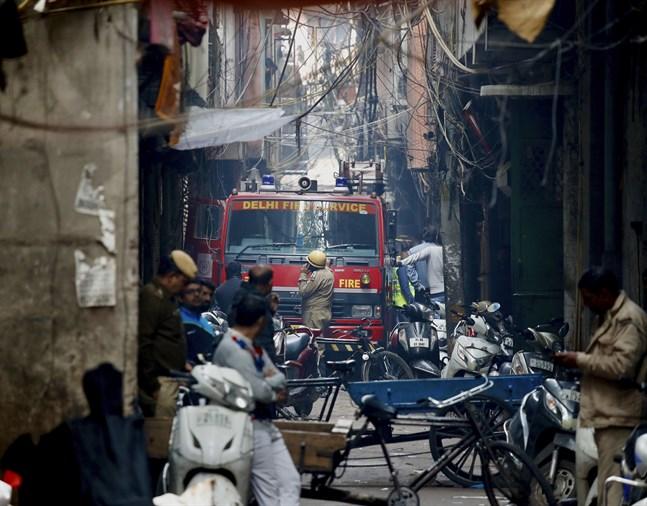 Brandkåren hade svårt att komma fram till den eldhärjade fabriken.