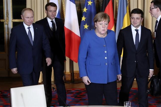 Rysslands president Vladimir Putin (till vänster), Frankrikes president Emmanuel Macron (nummer två från vänster), Tyskland förbundskansler Angela Merkel och Ukrainas president Volodymyr Zelenskyj (längst till höger) håller överläggningar om Ukraina i Paris.