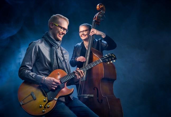 Gitarristen Martin Söderbacka och basisten Eevalotta Matikainen framför jazziga julmelodier tillsammans med sångsolisten Simon Granlund.