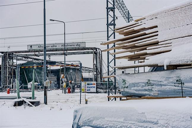 Alholmens såg i Jakobstad går som normalt, konstaterar Janne Kiiliäinen som är regionchef för UPM-Skog.
