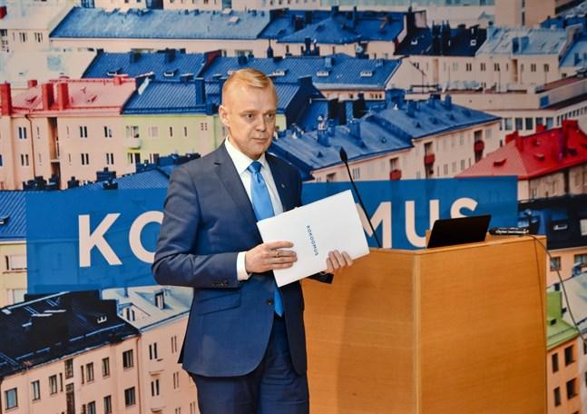 Samlingspartiets riksdagsledamot Timo Heinonen är kritisk till att ministrarna som förlorade förtroende ska fortsätta på topposter.